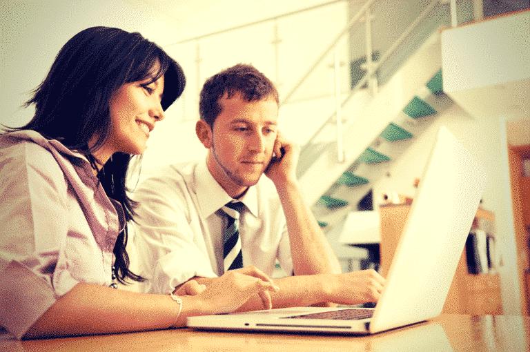 Collaborateurs devant un ordinateur